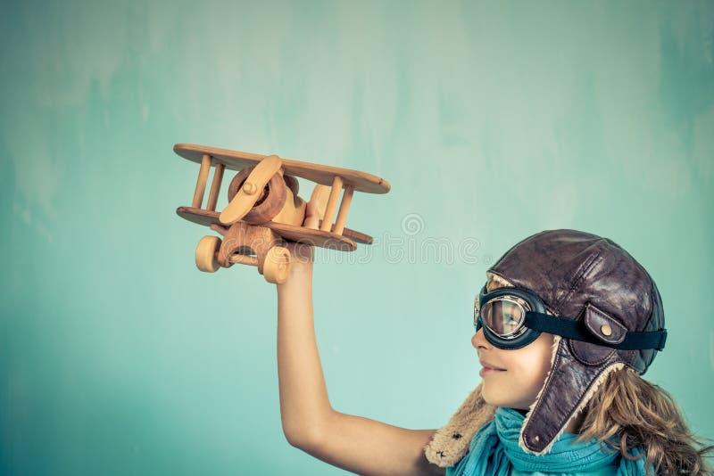 Barnpilot som hemma spelar royaltyfria bilder