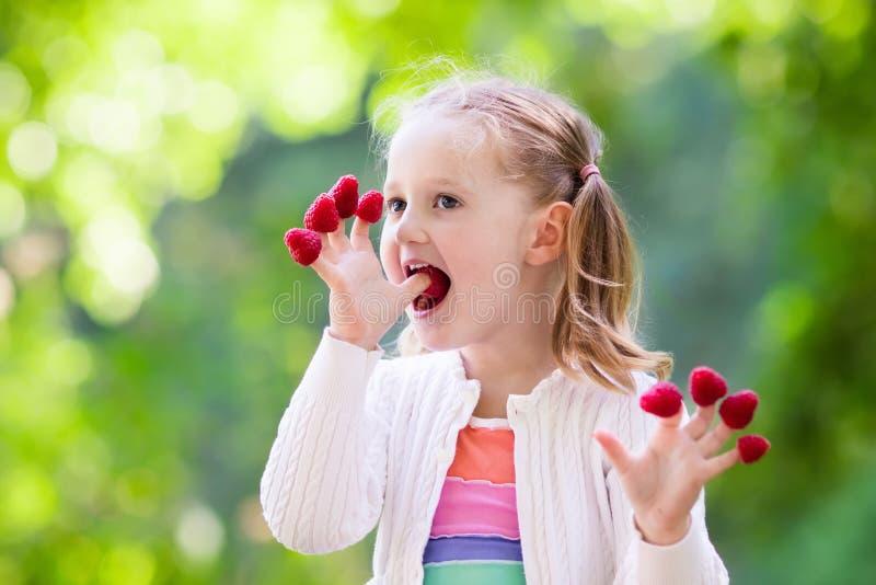 Barnplockning och ätahallon i sommar royaltyfri foto