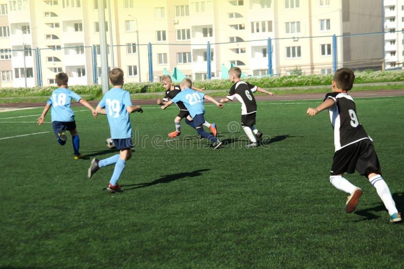 Barnpojkar spelar fotboll som är selektiv royaltyfri bild