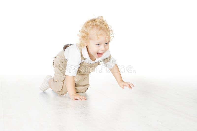 Barnpojke som kryper över vit bakgrund royaltyfri bild