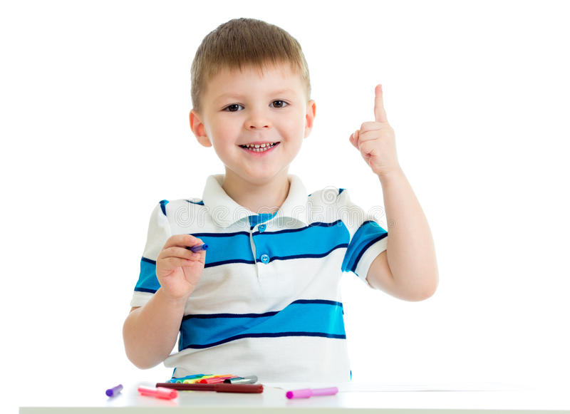 Barnpojken som att dra färgar, klädde med filt skrivar isolerat royaltyfria bilder