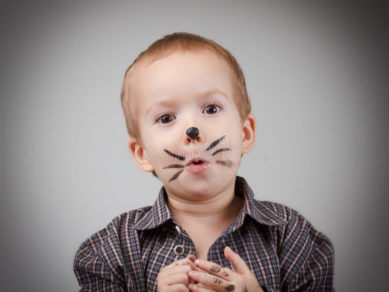 Barnpojkeunge med kattmakeup Blidka och gyckel, lycklig barndom royaltyfri bild