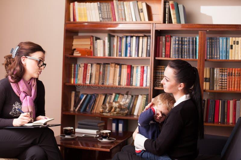 Barnpsykolog modern med barnet royaltyfri bild