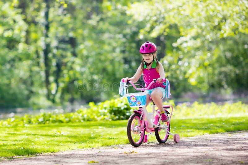 Barnridningcykel Unge på cykeln royaltyfria bilder