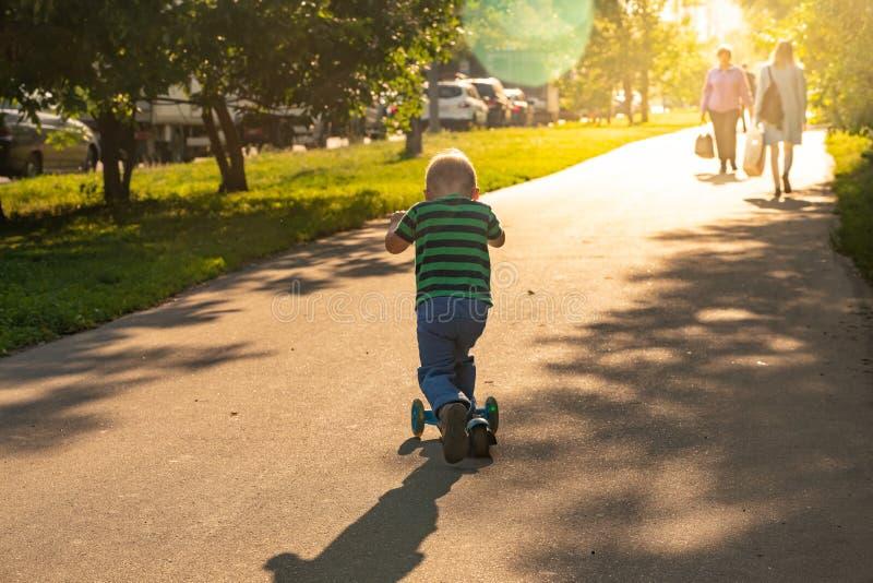 Barnridningsparkcykel utomhus, aktiva sportungar royaltyfri bild