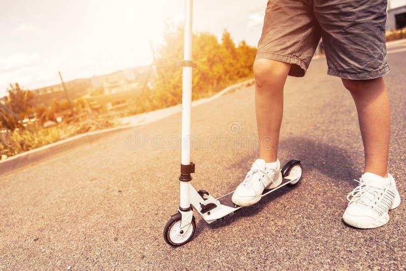 Barnridningsparkcykel utomhus Aktiva sportungar royaltyfri foto