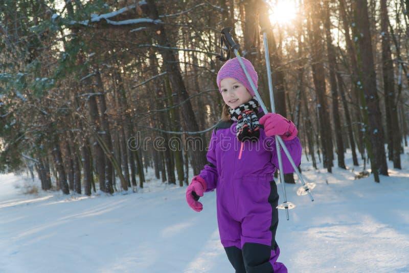 Barnritter på skidar skogen i vintervinter skidar barnet arkivfoto
