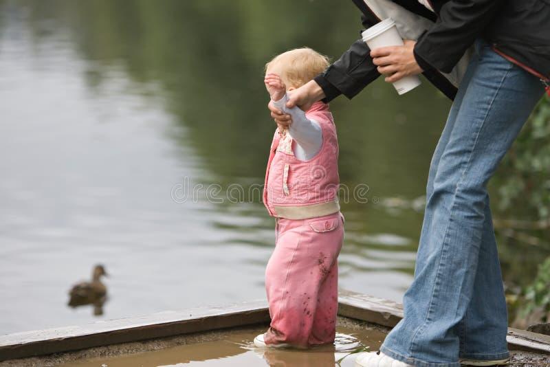 barnsäkerhetsvatten royaltyfri fotografi