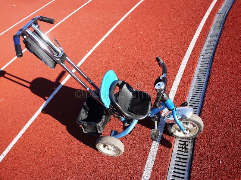 Barns cykel med tre hjul, små hjul kan tas bort fotografering för bildbyråer