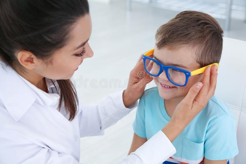 Barns doktor som sätter exponeringsglas på pys royaltyfri foto
