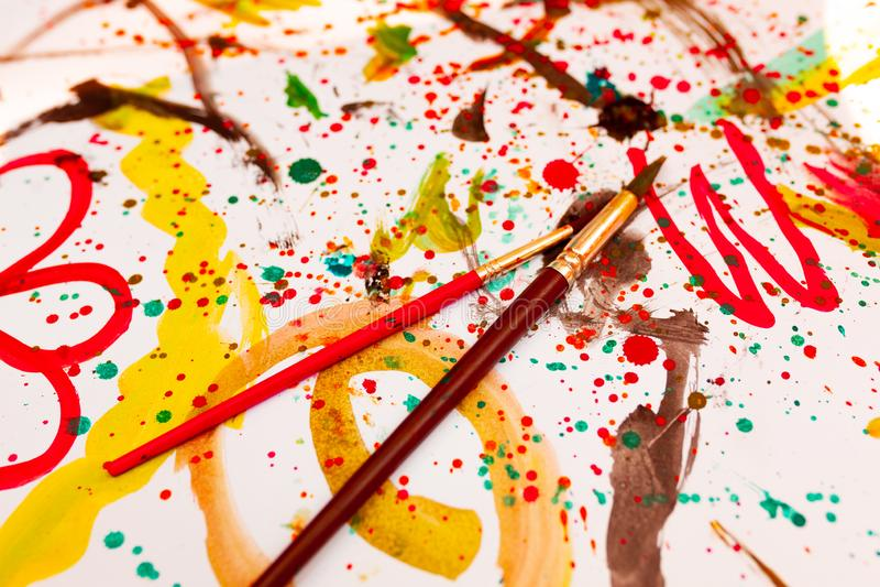 Barns dra vattenfärger på ett vitt ark Kreativitet för barn` s Kaki Malyaki klottra kludd royaltyfri illustrationer