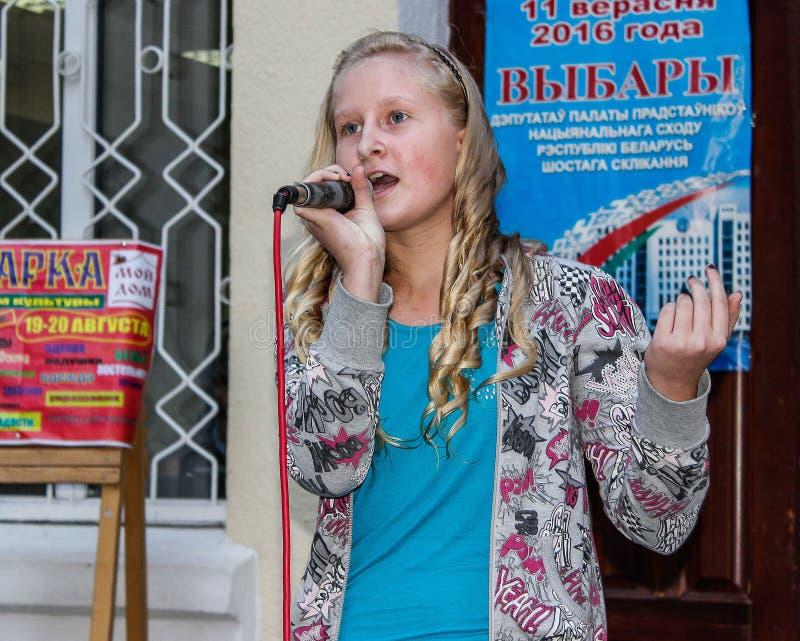 Barns frilufts- konsert i den Gomel regionen av Republiken Vitryssland royaltyfri fotografi