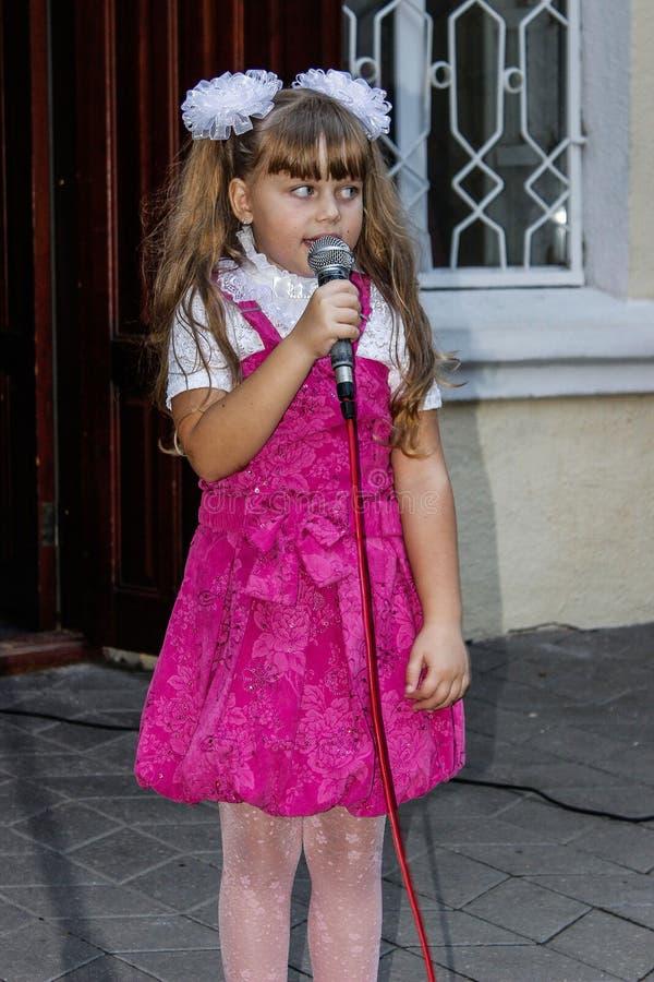 Barns frilufts- konsert i den Gomel regionen av Republiken Vitryssland royaltyfria bilder