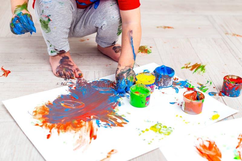 Barns händer och fötter i färg fingerfärger Babygrafik Plattlägg royaltyfria bilder
