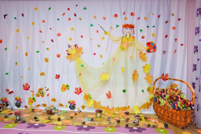 Barns höstbakgrund rum för text Konstgrupper för ungar royaltyfria bilder