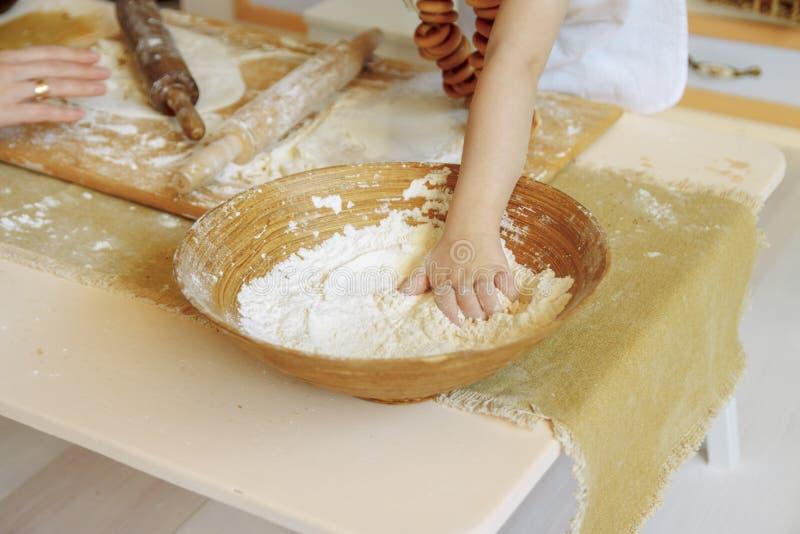 Barns hand når för mjöl i korgen, degen bageriprodukter, pizza, mjöl fotografering för bildbyråer