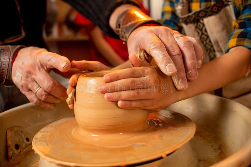 Barns handarbete med lera p fotografering för bildbyråer