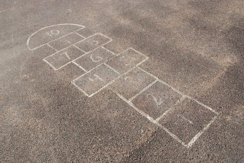 Barns hoppa hage på lekplatsen arkivfoto