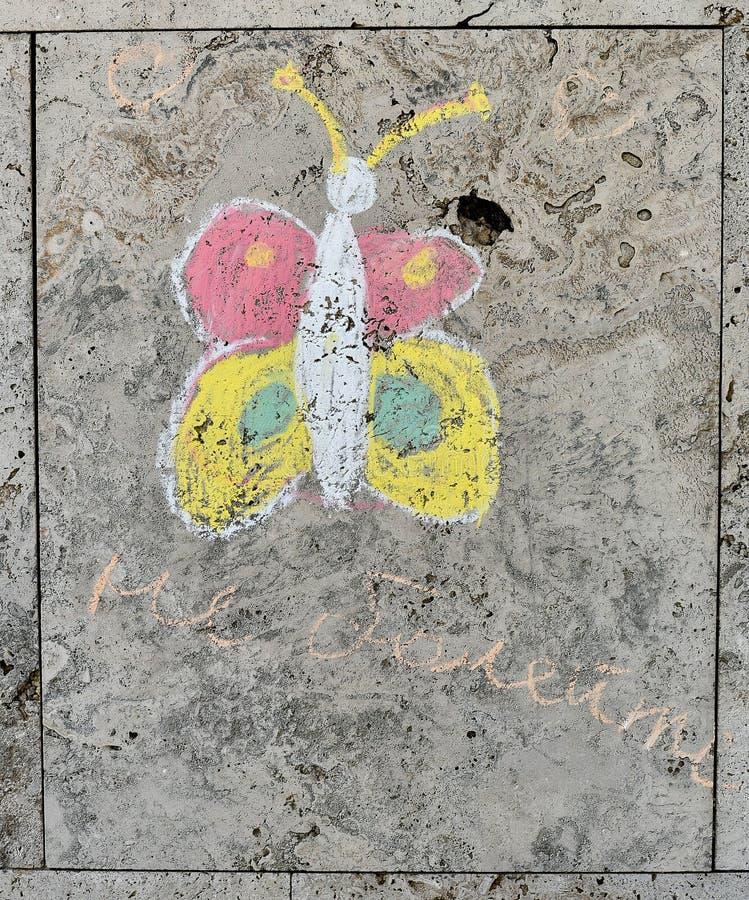 Barns kritateckning på en texturerad vägg royaltyfri foto