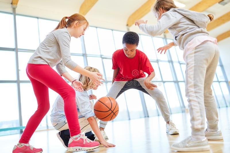 Barns lag spelar basket royaltyfri foto