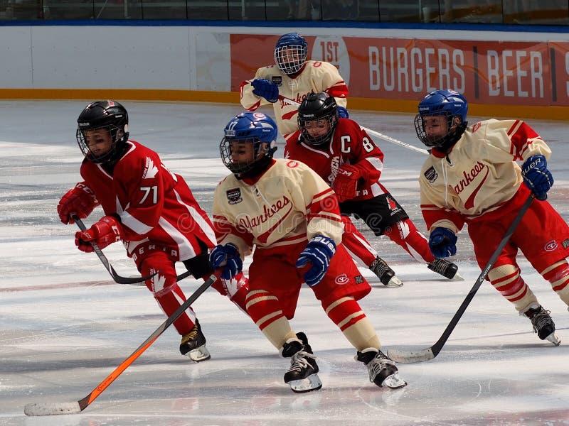 Barns lek för `-hockey mellan två lag arkivbild