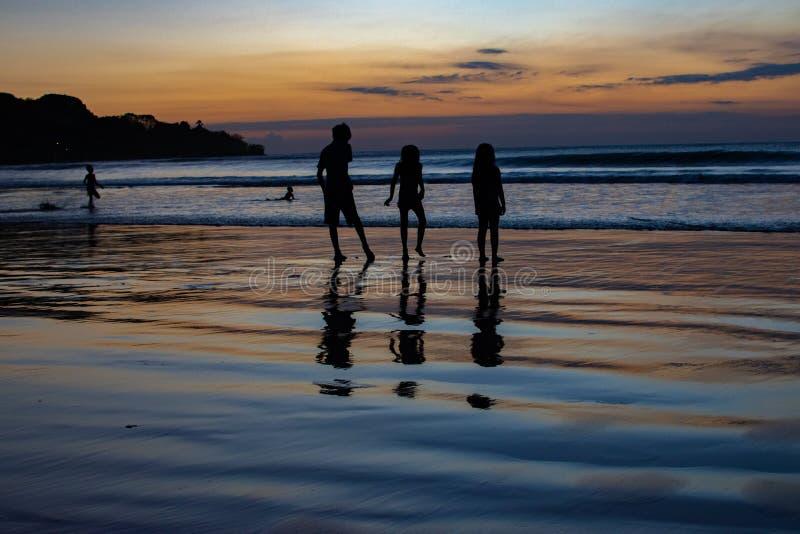 Barns lek på solnedgångindierhavet arkivbild
