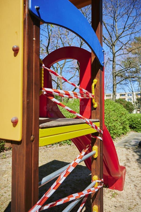Barns lekplats i Berlin, Tyskland, som stängdes på grund av Covid-19-viruset arkivfoto