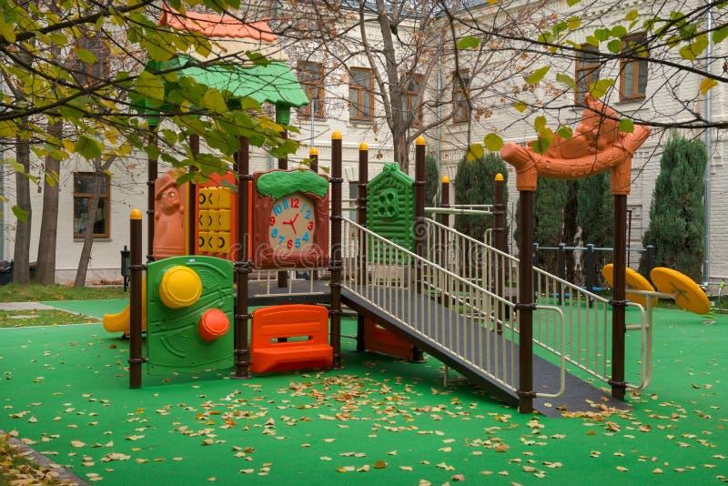 Barns lekplats i hösten parkerar royaltyfri fotografi