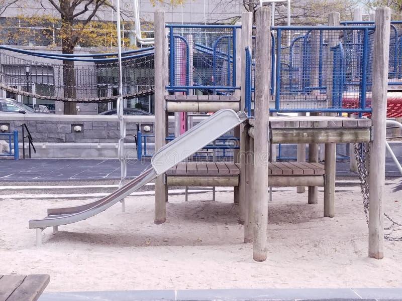 Barns lekplats med nautiskt tema för trähögar nära riverfront Bro glidbana Sandlåda på lekyttersida fotografering för bildbyråer