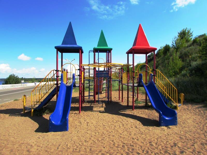 Barns lekplats på sanden arkivfoton