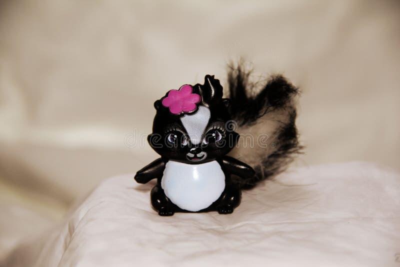 Barns leksak - skunk med pilbågen fotografering för bildbyråer