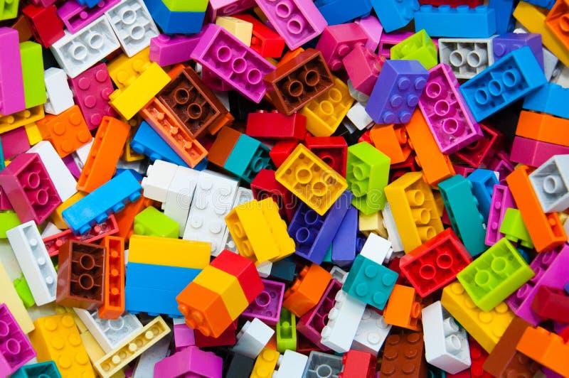 Barns märkes- bakgrund Mångfärgade plast- byggnadskvarter av formgivaren royaltyfria foton