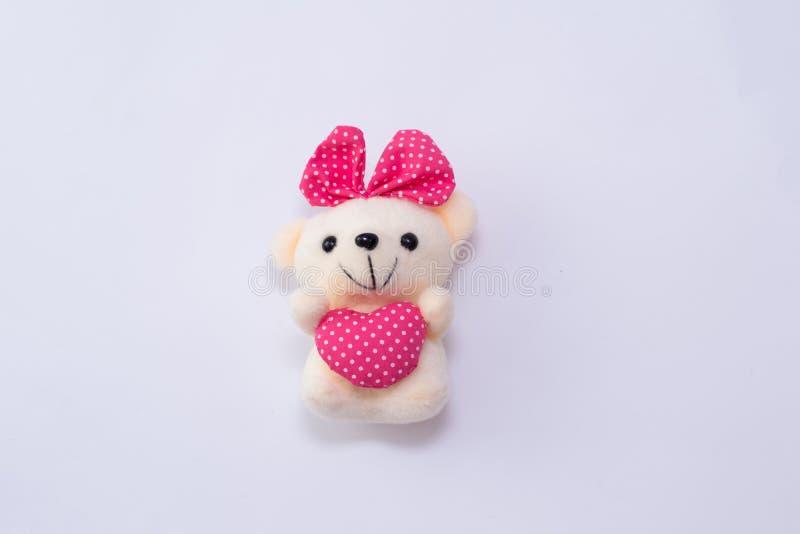 Barns mjuk björn för leksaknalle med hjärta som isoleras på vit bakgrund fotografering för bildbyråer