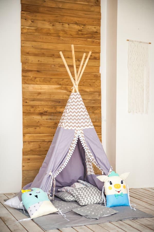Barns rum i en lantlig stil Blå vigvam i barns rum Inre detaljer av en ljus skandinavisk barnkammare arkivbild