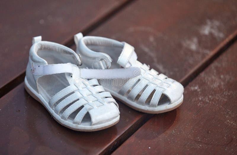 Barns sandaler på strandpromenaden royaltyfri bild