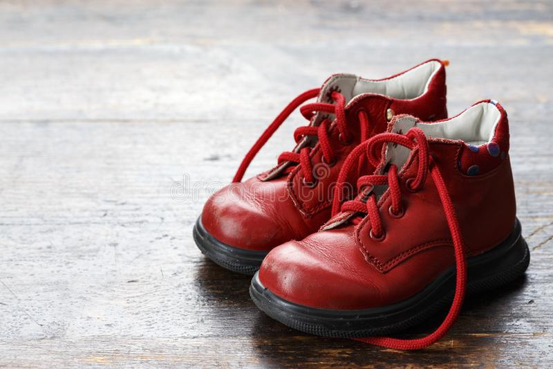 Barns skor på en träbakgrund royaltyfria bilder