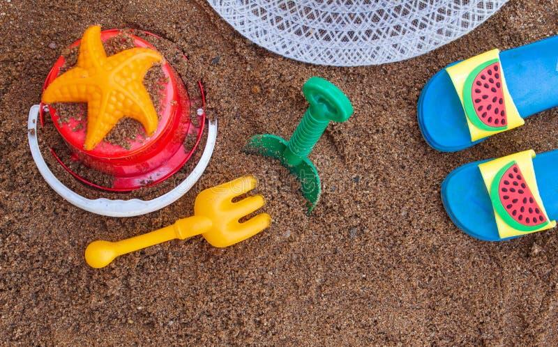 Barns strandleksaker och sommartillbehör med utrymme för dina texter Begrepp av lycka på sommar och gyckel av barn royaltyfri foto