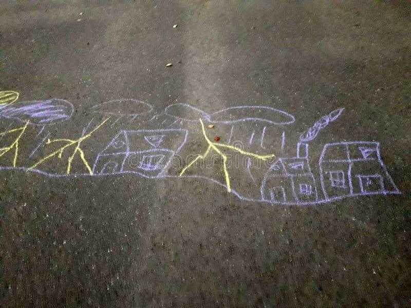 Barns teckning på asfalten med krita På bilden ser vi staden, över som regnet och åskan och blixten stock illustrationer