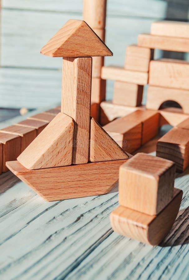 Barns träformgivare från kvarter av en olik form royaltyfri foto