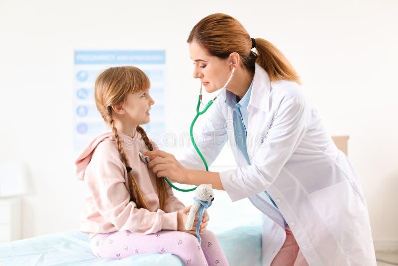 Barns undersökande liten flicka för doktor i sjukhus arkivfoton
