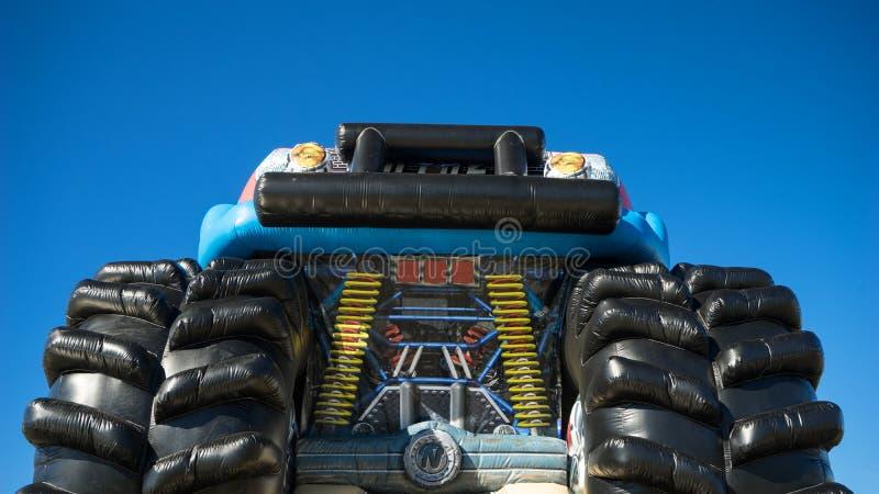 Barns uppblåsbara gigantiska lastbil royaltyfri fotografi