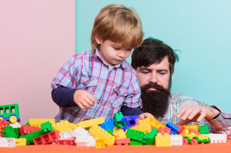 Barns utveckling och uppfostran fadergyckel har sonen Betydelse av att spela tillsammans Skäggig hipster- och pojkelek royaltyfri foto