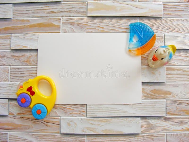 Barns världsleksak på en träbakgrund med stället för att skriva royaltyfri bild