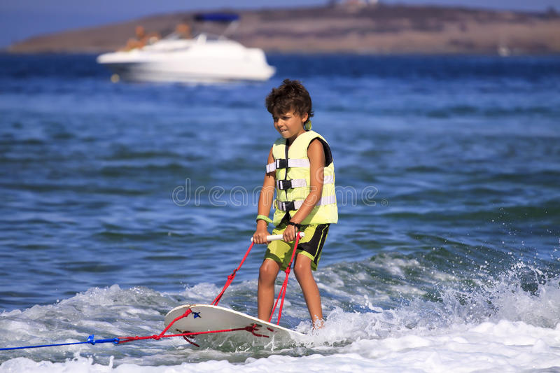 Barns vattenskidåkning. arkivfoton