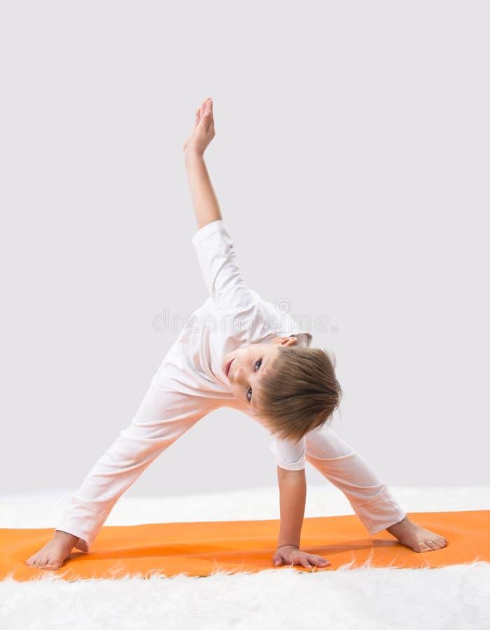 Barns yoga. royaltyfri bild