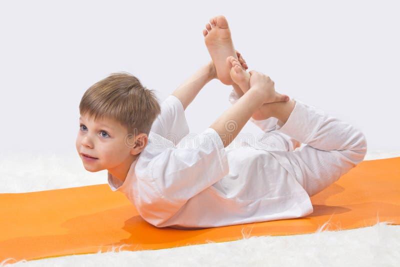 Barns yoga. fotografering för bildbyråer