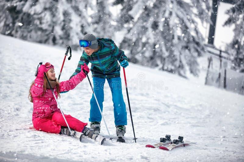 Barnskidåkning i bergen Vintersport för ungar Familj vac arkivfoto