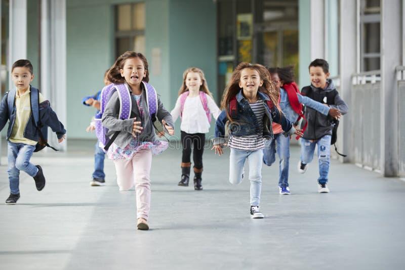 Barnskolan lurar upp spring i en korridor i deras skola, slut arkivfoton