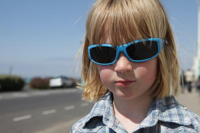 barnsolglasögonsemester royaltyfri bild