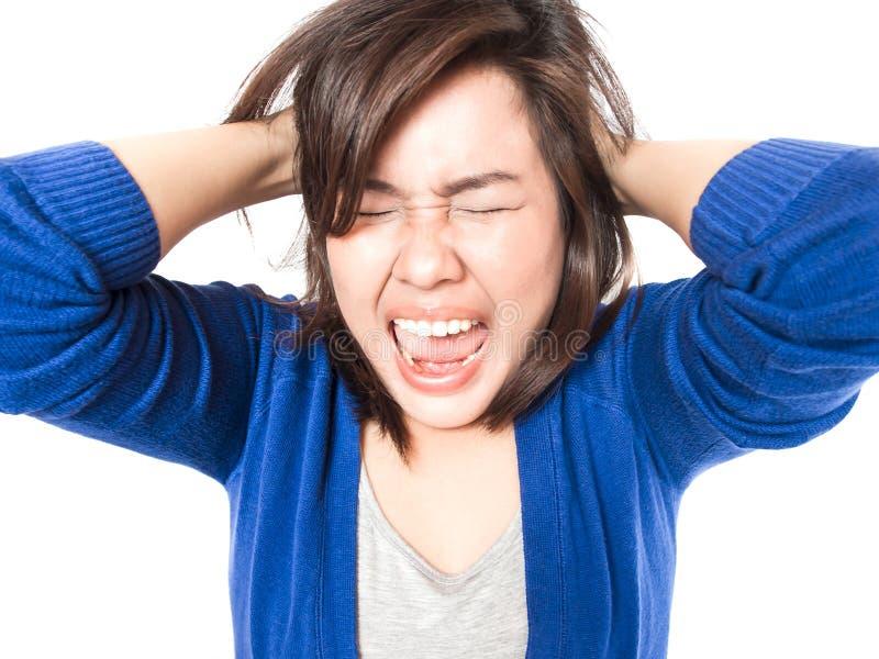 Barnspänningskvinna som går galen dra hennes hår i frustrationnolla royaltyfri foto